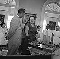 De koningin bewondert geschenken van de Curaçaose jeugd, Bestanddeelnr 252-3786.jpg