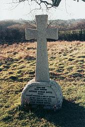 Ο τάφος του Άρθουρ Κόναν Ντόυλ στο Minstead