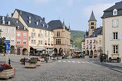 Echternach place du Marché vers abbaye.jpg