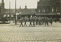 Een detachement infanteristen vertrekt vanaf het Stationsplein naar zijn legerin – F42499 – KNBLO.jpg