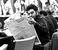 El Che leyendo La Nación.JPG