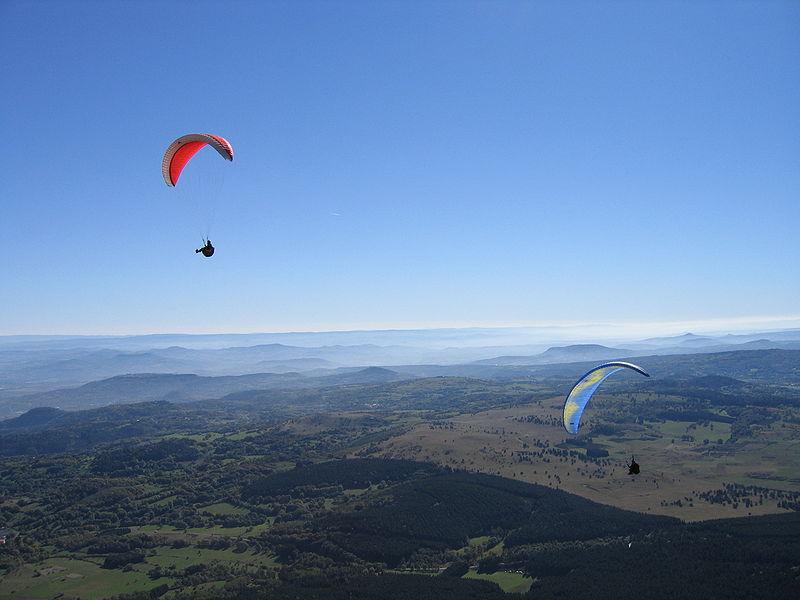 Fichier:FRANCE - Auvergne - LE PUY DE DOME - Parapentes (08-10-2005).JPG