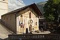 Façade et parvis de l'église Saint-Jacques d'Assyrie (Hauteluce, Savoie, France).jpg