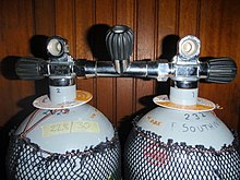 Two 12-litre steel cylinders with DIN outlet valves connected by a manifold with a central isolation valve.