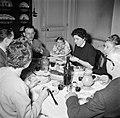 Familie met gasten aan de maaltijd, Bestanddeelnr 252-9362.jpg