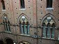 Finestres del cortile del Podestà, Siena.JPG