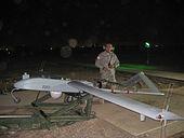 Sgt. Neal Naputo, hejmanto de Zambaloj, Filipinoj, prepariĝas lanĉi senpilotan aerveturilon ĉe Camp Taji, nordokcidento de Irako, 15 novembron.