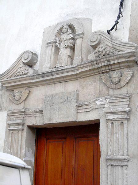Foug chambranle (ou fronton) de porte sculpté - Maison Kayser classée aux Monuments Historiques le 11 février 1927, située à l'angle de la Grande-Rue et de la rue de l'église, rebaptisée aujourd'hui rue François Mitterrand.
