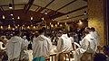 Frère Alois wird von einigen Brüdern bei seiner Ansprache donnerstagabends übersetzt.jpg