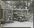 Frances B. Johnston's car and Huntley (Ruff) at the Wheel Inn, Morganton, N.C. LCCN2011648404.jpg