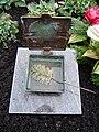 Geöffnetes Weihwassergefäß auf einer Grabstelle.JPG