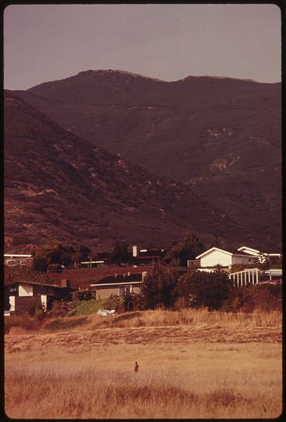 File:HOUSES NEAR THE PACIFIC OCEAN NORTH OF MALIBU, CALIFORNIA, ON THE NORTHWESTERN EDGE OF LOS ANGELES COUNTY - NARA - 557530.jpg
