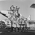 Haarlemse bloemenmeisjes op bezoek bij Amerikaanse Vlootbezoek, Bestanddeelnr 913-6521.jpg