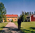 Harri Blomberg vid Pajala prästgård i juli 2004..jpg