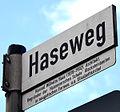 Haseweg in Langenhagen, Straßenschild mit Legende, Konrad Wilhelm Hase (1818-1902), Architekt, Begründer der Hannoverschen Schule, (Backsteinbauten in neugotischen Formen, u.a. Elisabethkirche).jpg