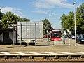 Herbolzheim, Bahnhof, Empfangsgebäude, Busabfahrtstelle, Blick von der gegenüberliegenden Gleisseite.jpg