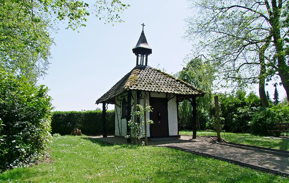 "This small chapel was built in 1850 by Dame Bamps-Lebon, soon after the discovery of a mass-grave : about 60 victims of the French revolutionary regime. They were executed because they refused to be incorporated in an hostile foreign army to ""defend causes"" which were not theirs, and because they opposed the occupation, looting and destructions of the country.    History recalls their bravery as ""Boerenkrijg"" (Peasants' War), 1798."