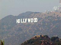"""Η περίφημη πινακίδα με τη λέξη """"Holywood"""" σχηματισμένη από μεγάλα λευκά γράμματα στους λόφους πάνω από την πόλη."""