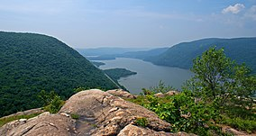 Hudson Highlands view south from Breakneck Ridge.jpg