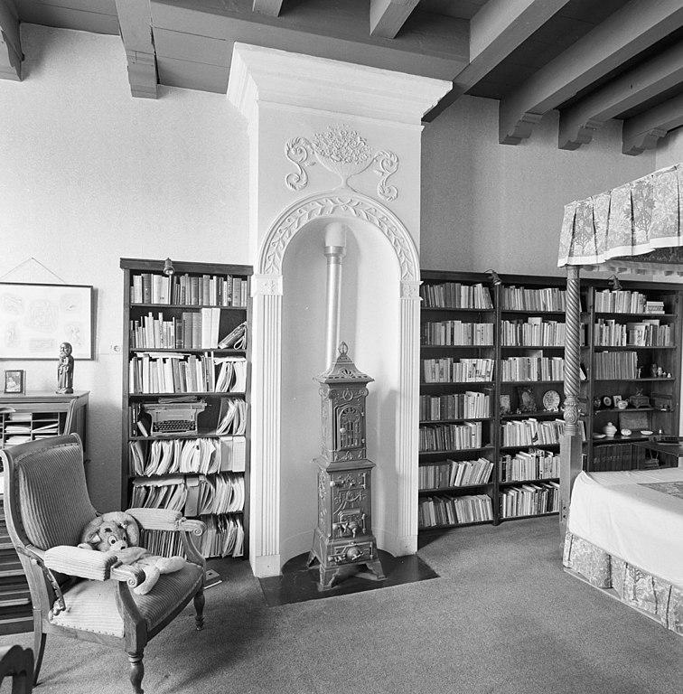 File:Interieur, aanzicht kolenkachel en schouw met stucwerk - Gouda ...