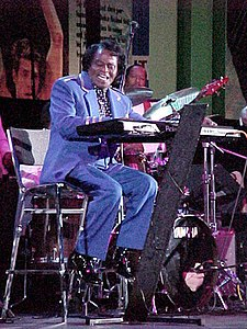 O cantaire y compositor estatounitense James Brown, mientres d'una actuación en 2001.