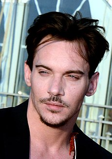 http://upload.wikimedia.org/wikipedia/commons/thumb/5/5d/Jonathan_Rhys_Meyers_Cabourg_2013.jpg/230px-Jonathan_Rhys_Meyers_Cabourg_2013.jpg
