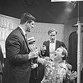 Judoka Anton Geesink (l) als Mo in een rol op de televisie Anton houdt Julius …, Bestanddeelnr 918-5284.jpg