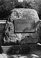 Kamień pamiątkowy akcja Kutschera pierwsza tablica.jpg