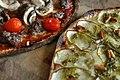 Kartoffelpizza og pizza med oksekød, gorgonzola og svampe.jpg