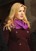 Kelly Clarkson de pie