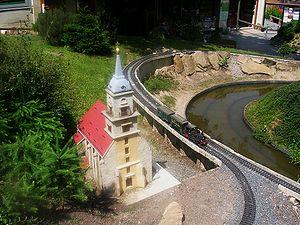 Garden railway - Image: Kleine Sächsische Schweiz, Zug und Kirche