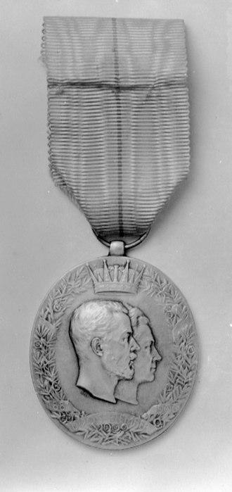 Royal Jubilee Commemorative Medals - Image: Kronprins Gustavs och kronprinsessans Viktorias silverbröllopsminnes tecken 1906
