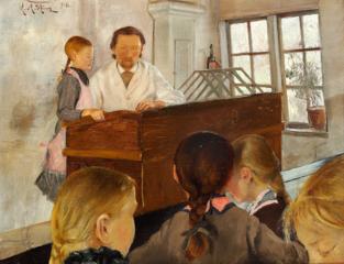 En Time i en Landsbyskole. En Pige er oppe ved Katederet ved Siden af Læreren; fire andre Piger paa Skolebænken