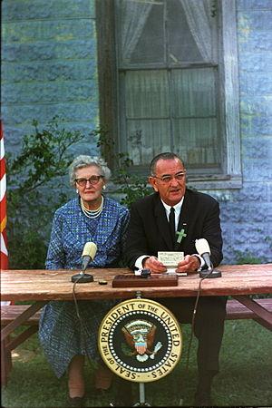 English: President Lyndon B. Johnson signing t...