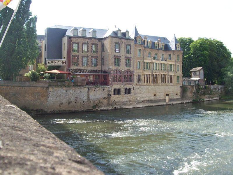 Fichier:La Meuse à Sedan 1.jpg