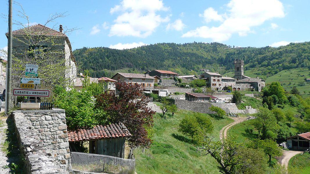 Ceci est une vue générale du village de Labatie d'Andaure, en Ardèche.