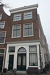 foto van Pand met bakstenen gevel met rechte kroonlijst. Onderpui met houten pilasterstelling, zijgevel zijde Herengracht met deur en deuromlijsting. Onderpui 19e eeuw. Gerestaureerd 1940