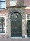 foto van Poortje terzijde van de Marekerk. Natuurstenen omlijsting, aardige lantaarn