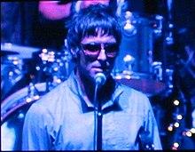 Liam Gallagher in concerto con gli Oasis nel 2005