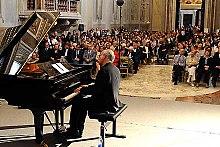 Fotografía en color de Ludovico Einaudi tocando en vivo en 2008