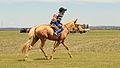 Młody jeździec na stepie na lokalnym festiwalu Naadam (03).jpg