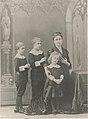 Madame de Wendel, épouse d'Henri de Wendel avec ses trois fils, François, Maurice et Humbert, posant pour le vitrail d'Hayange dans un décor gothique.jpg