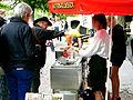 Man köper en varmkorv Almedalsveckan 2014 Visby.jpg