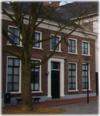 Huis waarin vensters met oude kozijnen en empireramen