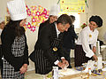Mauricio Macri asistió a un taller sobre alimentos para celíacos en un comedor comunitario de Villa Soldati (8031087112).jpg