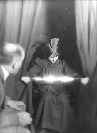 Paranormal - Image: Medium Eva Carriere 1912
