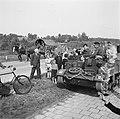 Met paard-en-wagen passeren Duitsers een bren-carrier van de 49th West Riding, Bestanddeelnr 900-2889.jpg