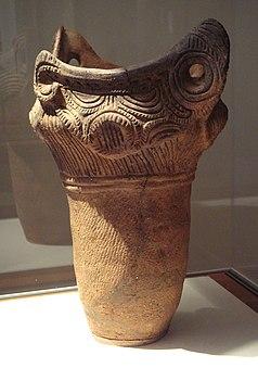 縄文時代中期の花瓶(紀元前2000年)