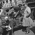 Militairen bij de ingang van het Elisabeth Gasthuis te Arnhem. Drie dragen het i, Bestanddeelnr 900-6665.jpg