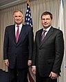 Ministru prezidents un ASV aizsardzības sekretāra vietnieks (4708138761).jpg